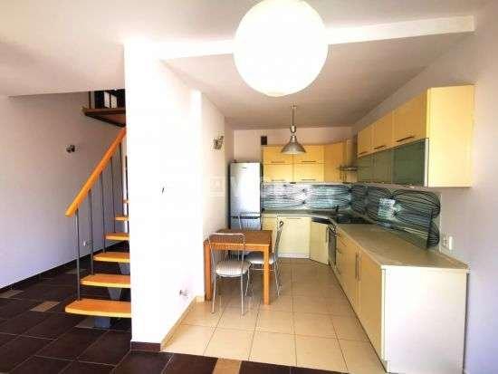 Na sprzedaż dwupoziomowe mieszkanie o powierzchni 66,55 m2  na 2 piętrze niskiego bloku z cegły na prestiżowym osiedlu Złote Łąki.
