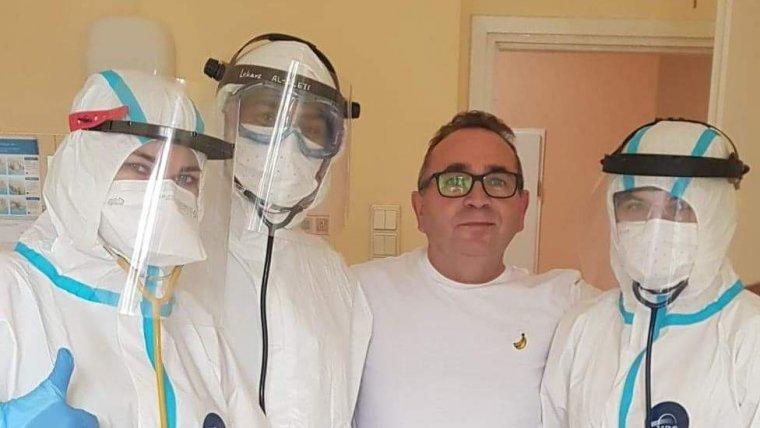 Na zdjęciu: Sławomir Białek z ekipą personelu szpitala w Krotoszynie
