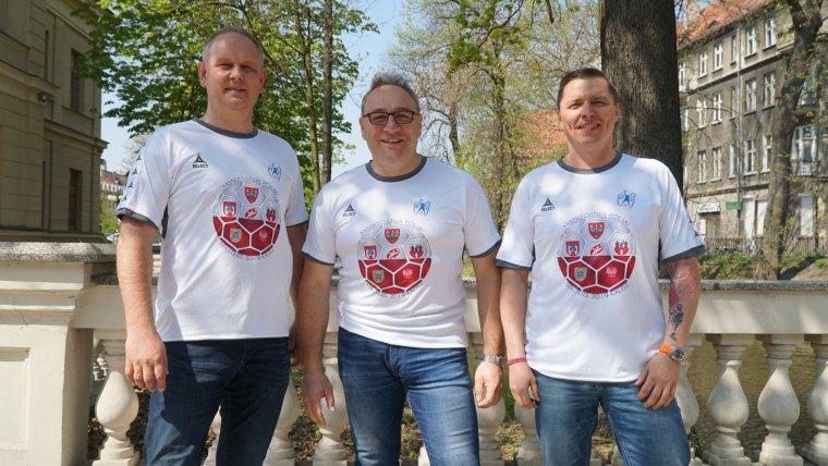 Od lewej: Jarosław Łuczak Prezes Zarządu KPR Szczypiorno Kalisz, Stanisław Kubiak ze Stowarzyszenia  KPR Szczypiorno, Jakub Kubisiak/ fot. Błażej Krawczyk