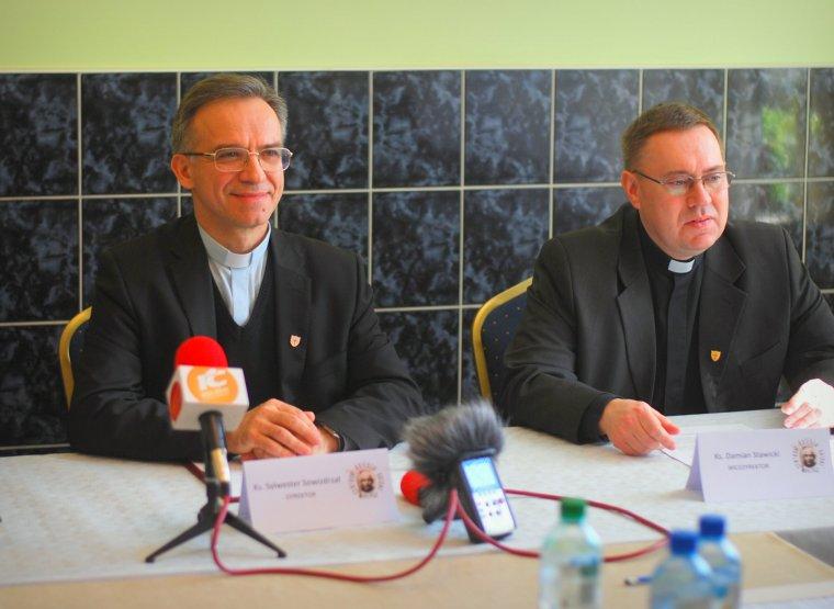 Od lewej: ks. Sylwester Sowizdrzał, dyrektor Orionistów w Kaliszu, ks. Damian Stawicki, wicedyrektor Zgromadzenia.